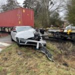 BPOL-KS: PKW vom Güterzug auf Bahnübergang erfasst