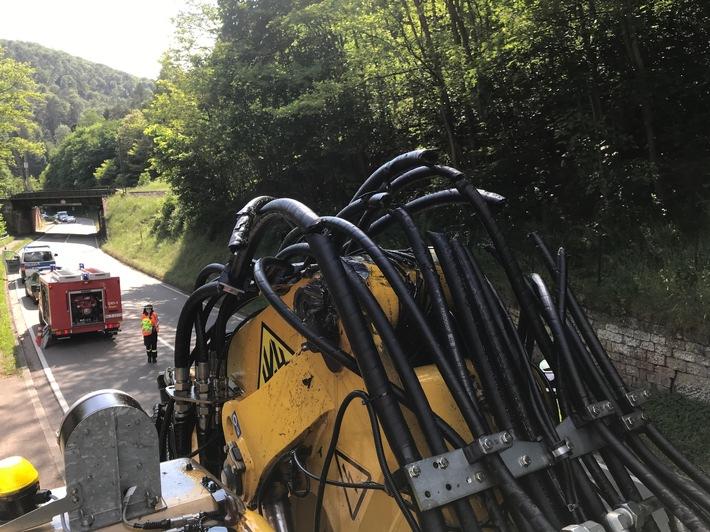 POL-PPWP: Lastwagen streift Bahnbrücke