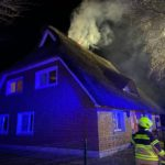 FW-SE: Schornsteinbrand eines es Reetdachhauses