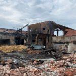 Feuerwehr Landkreis Leer: Feuer zerstört Gulfhof in Holtland - Rund 50 Tiere konnten nicht mehr gerettet werden