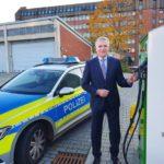 Lüneburg: Lautlos auf Streifenfahrt: Polizeipräsident Thomas Ring nimmt 24 E-Funkstreifenwagen für die Regionen Celle, Harburg, Heidekreis, Lüneburg, Lüchow-Dannenberg, Uelzen, Rotenburg und Stade in Empfang