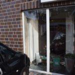 Wilhelmshaven / Friesland: Verkehrsunfall in Schortens- Pkw fährt in Schaufensterfront einer Apotheke - Keine Verletzten (mit Bild)