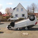 POL-WHV: Schwerer Verkehrsunfall - drei Personen leicht verletzt